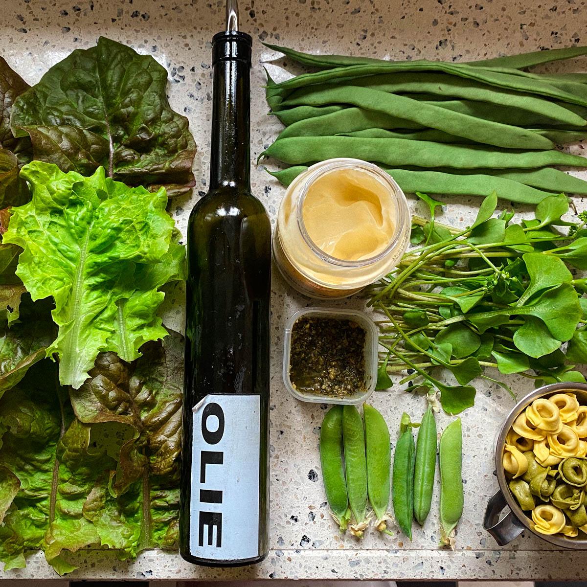 De benodigde ingrediënten voor de tortellini salate