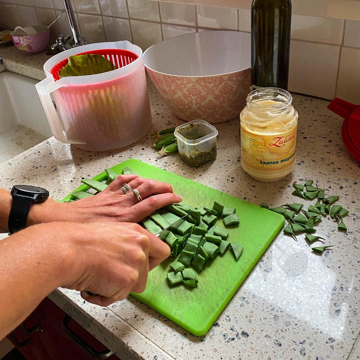 Snijbonen uit de Makkelijke Moestuin snijden voor de tortellini salade
