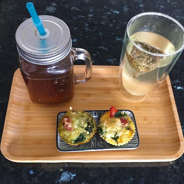 Lerkker bij limonade en een kop thee