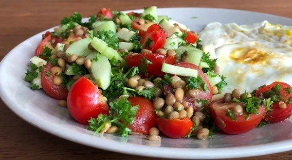 Linzensalade van Jaloe met komkommer en tomaatjes