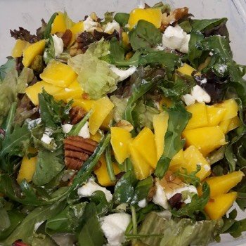 Mango-rucola salade met geitenkaas