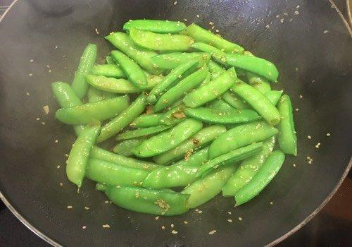 Snel recept: Peultjes wokken met knoflook