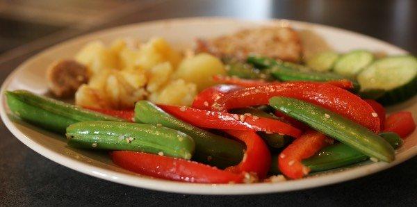 Recept sugarsnaps met paprika en sesamzaadjes