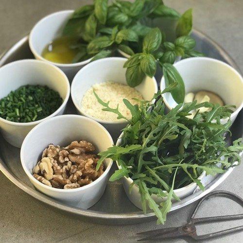 Ingredienten voor pesto van basilicum en rucola