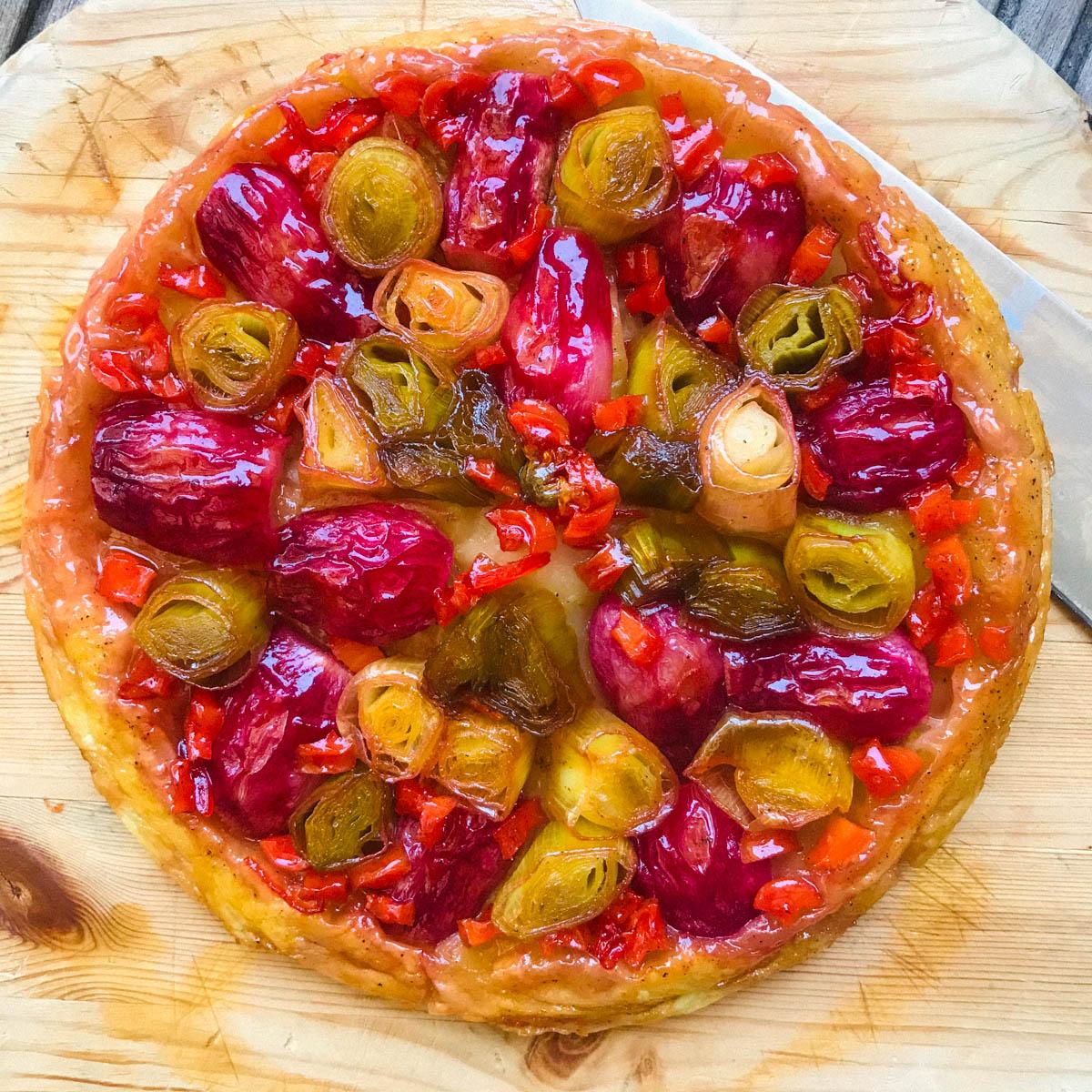 Hartige Tarte Tatin - of omgekeerde taart - met radijs, wortel en prei uit de Makkelijke Moestuin