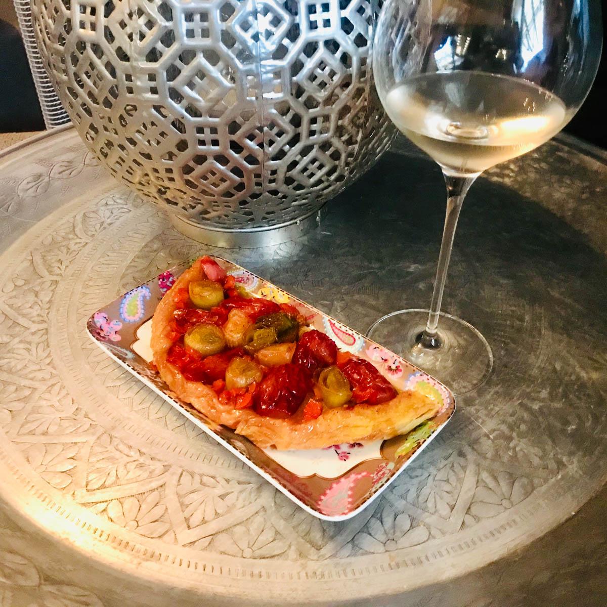 Hartige taart met radijs is lekker met een glaasje witte wijn.