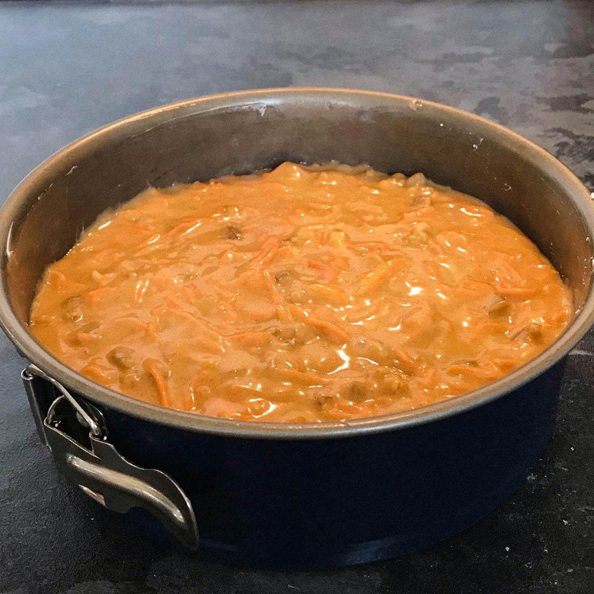 Deegmengsel voor worteltaart in het bakblik