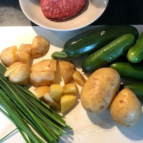 Ingredienten voor komkommerstamp met courgette en bieslook