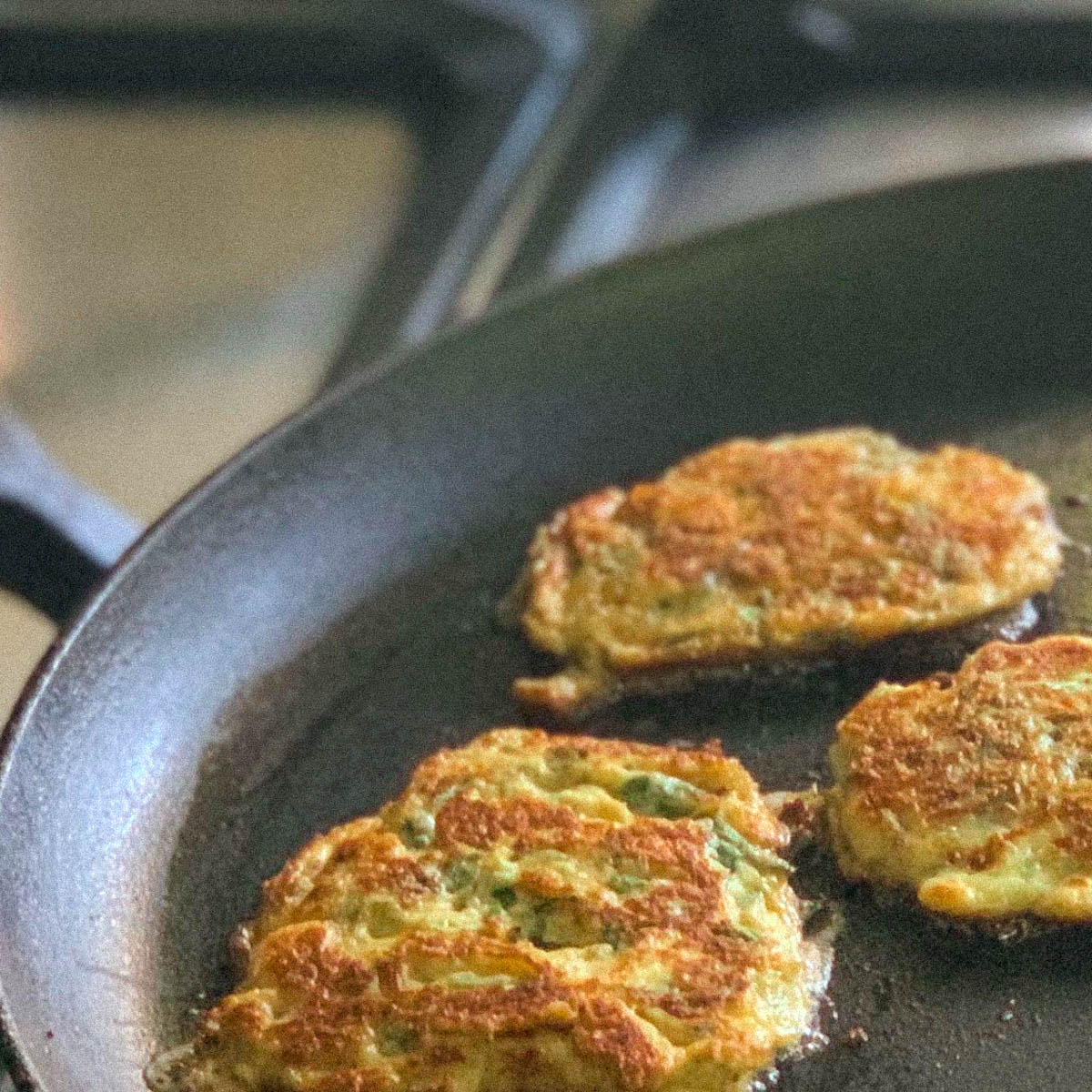 Pannenkoekjes met Nieuw-Zeelandse spinazie bakken