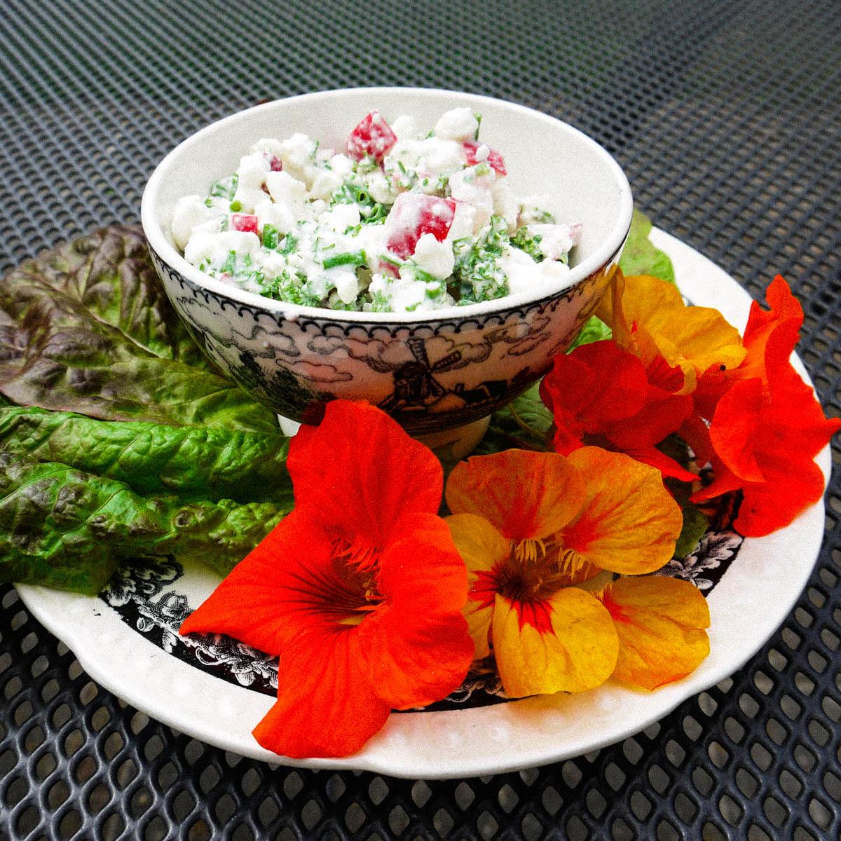 Salade opkleuren met bloemen van de Oost-Indische kers
