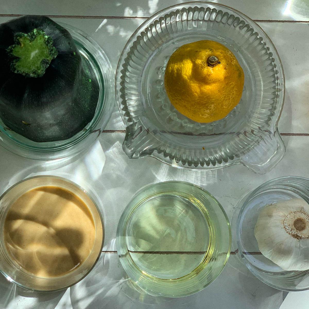 Ingrediënten voor hummus van courgette