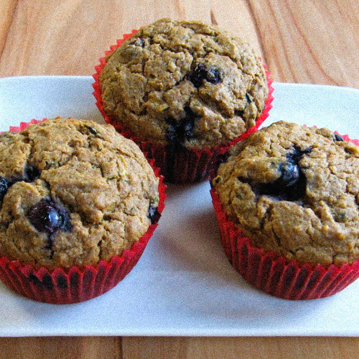 Cupcakes met blauwe bessen en courgette