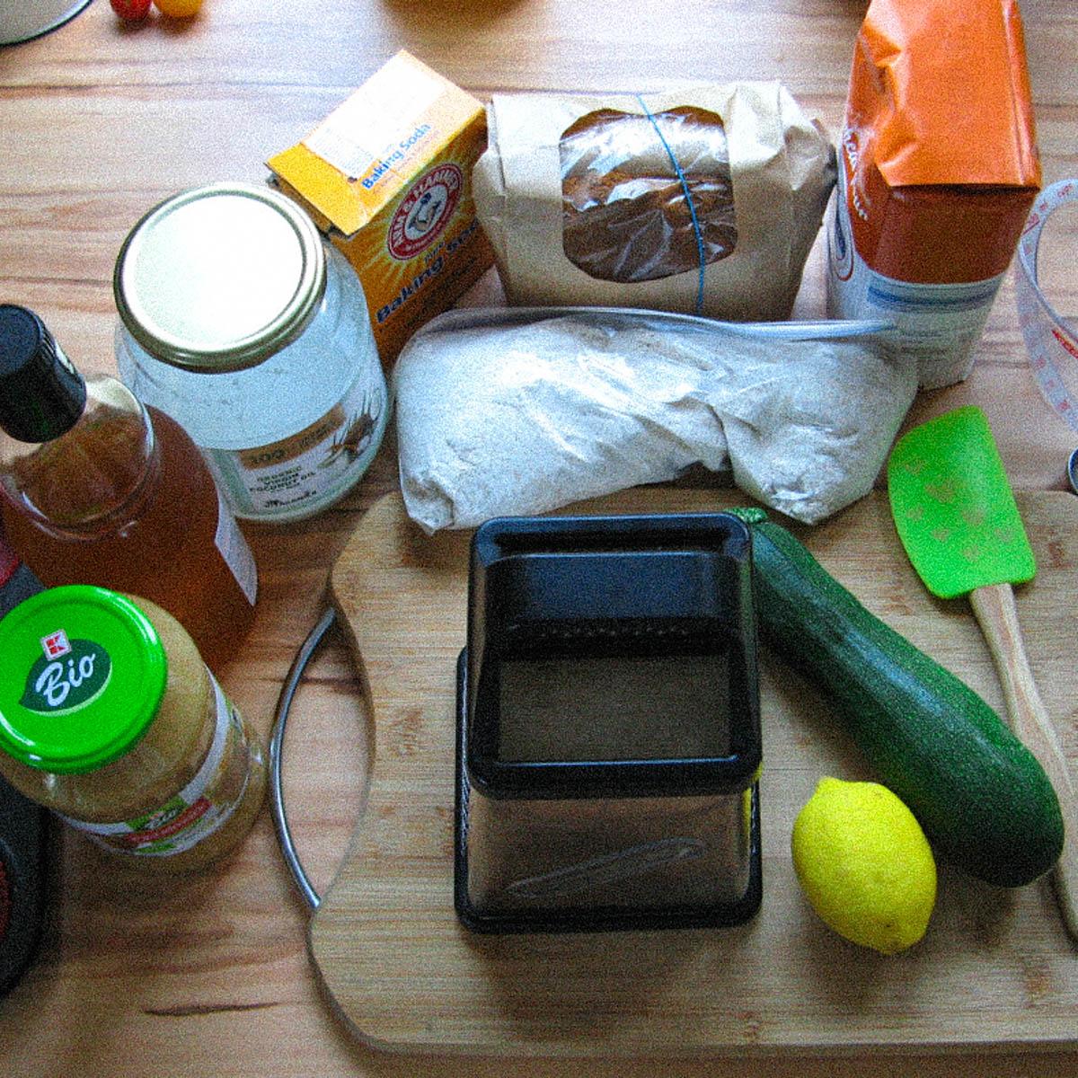 Benodigde ingredienten voor cupcakes met blauwe bessen en courgette