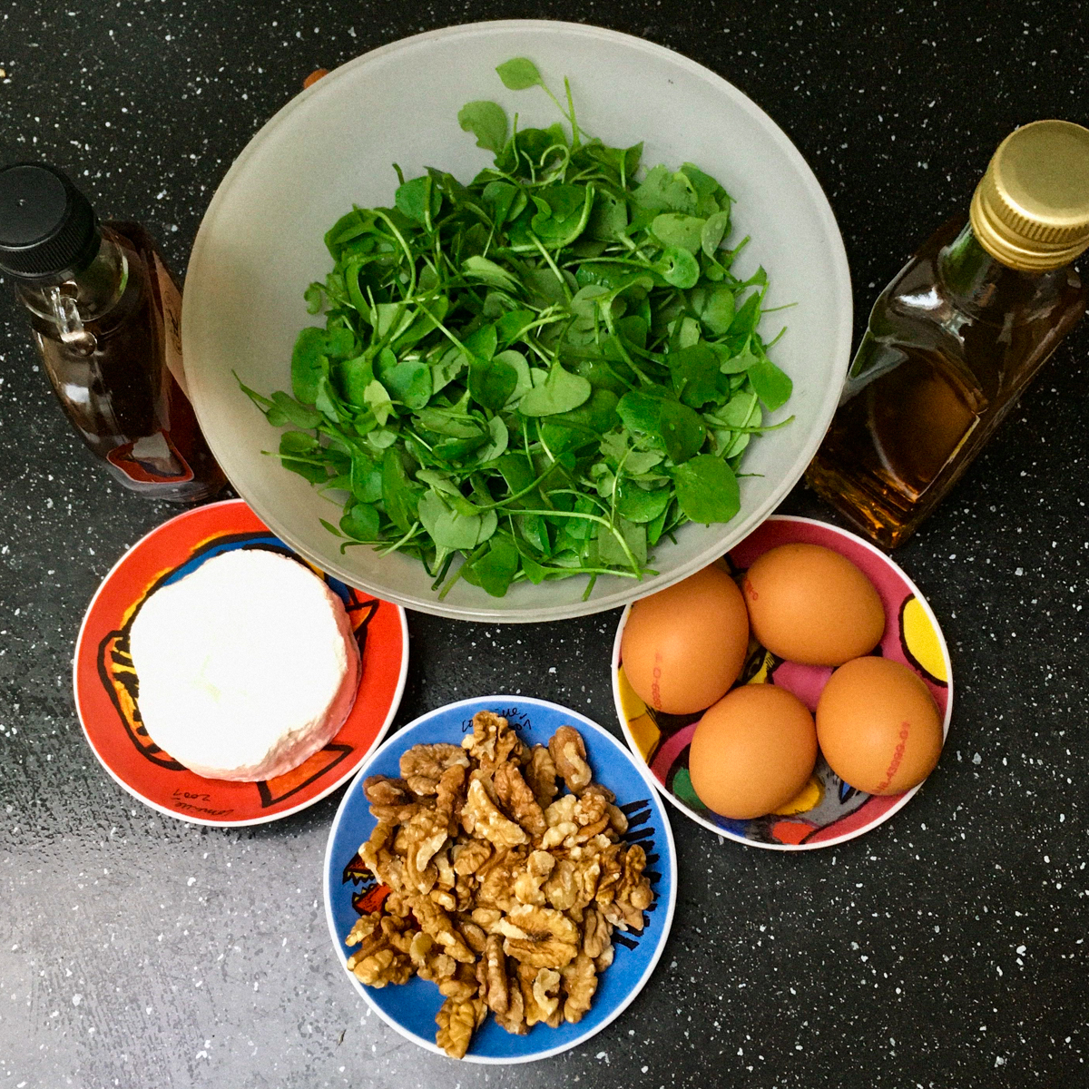 Ingredienten voor salade met winterpostelein en walnoten