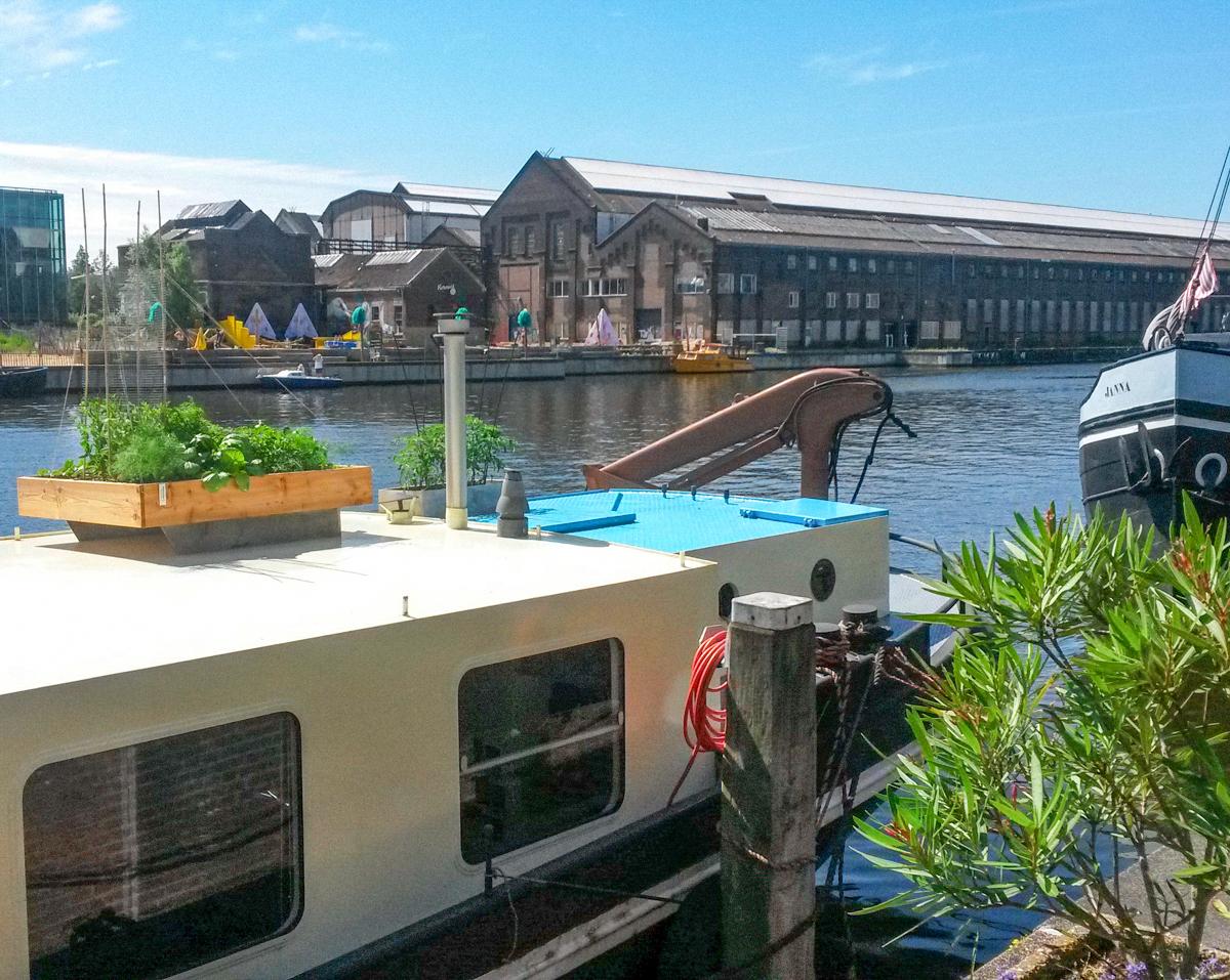 Makkelijke Moestuinbak op het dak van een vrachtboot