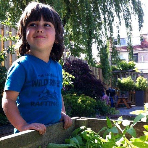 Jonas bij zijn eigen Makkelijke Moestuinbak.